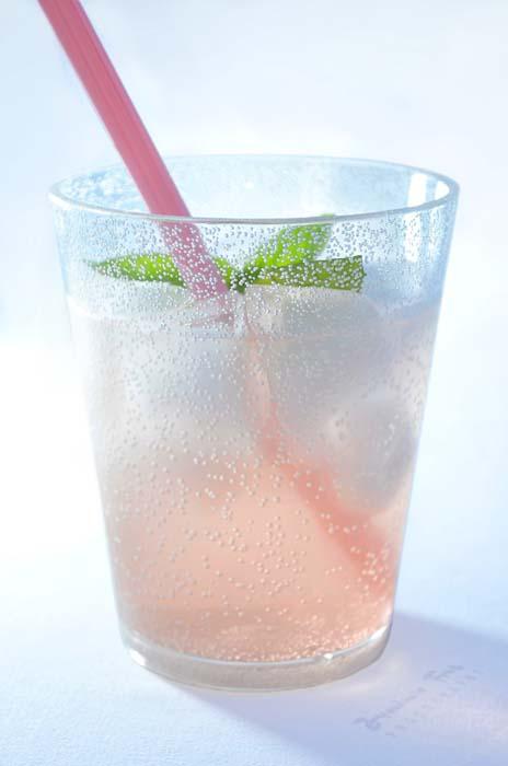 Refreshingly Icy Peach Prosecco Spritzer | Italian Kiwi